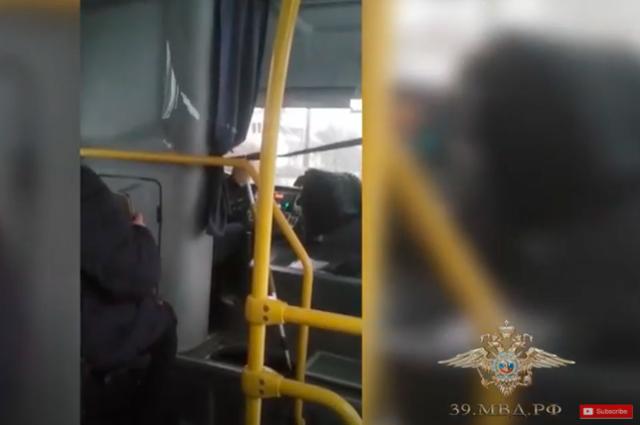 Водитель автобуса переключал передачи шваброй