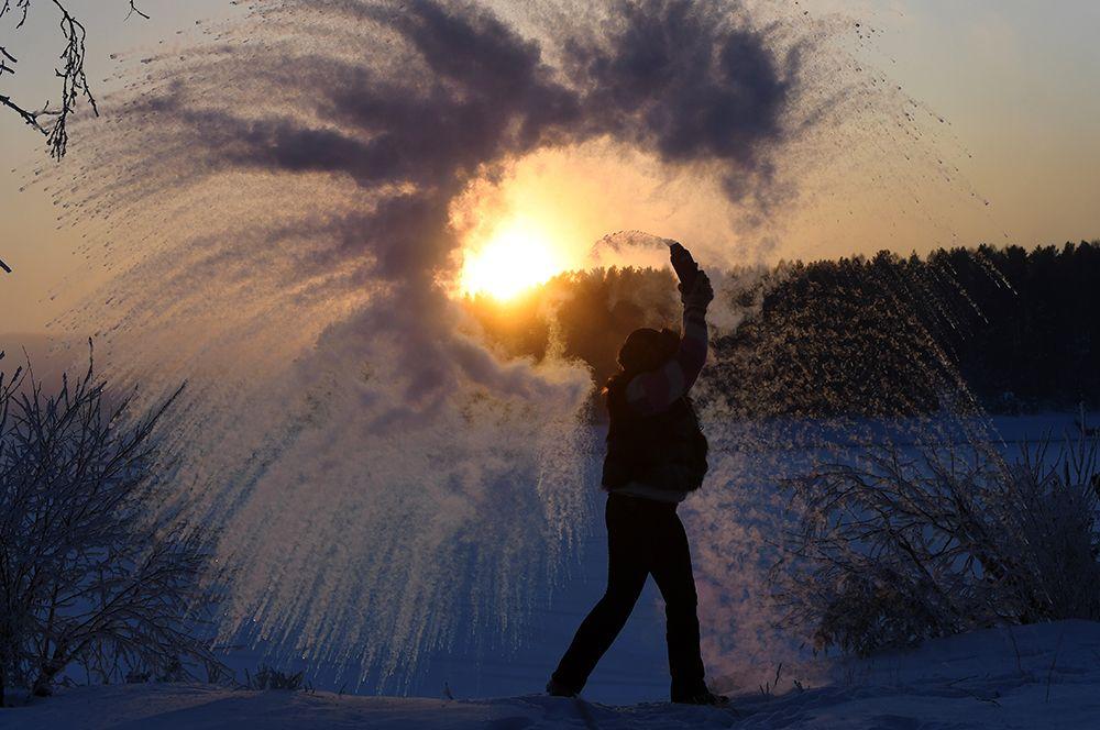 Женщина на берегу замерзшего Красноярского водохранилища в Красноярском крае.