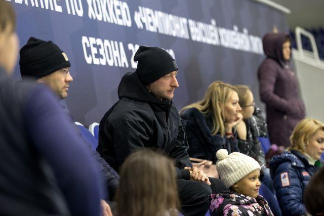 Как известно, именитый спортсмен организовал академию «Ангелы Плющенко», где учит детей фигурному катанию.