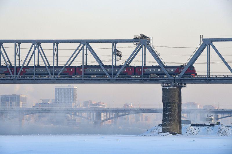 Электропоезд на железнодорожном мосту через Обь в Новосибирске.
