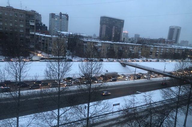 Новосибирск признан одним из самых пробочных городов мира по итогам 2020 года. По загруженности дорог столица Сибири заняла 9 место в рейтинге Traffic Index.