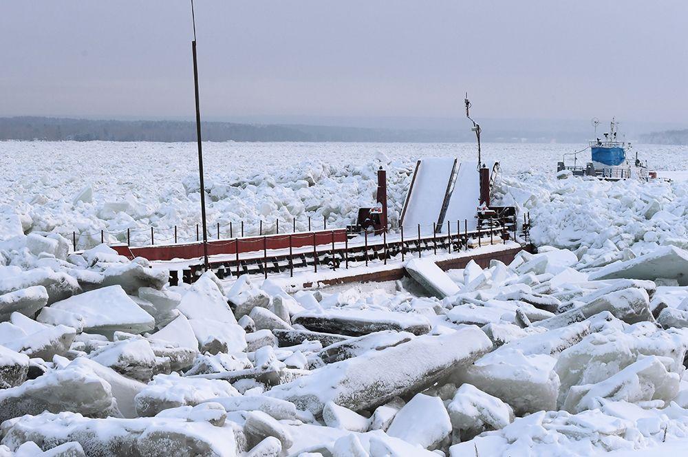 Буксир «Понур» (на втором плане) и грузопассажирский паром в ледовом плену.