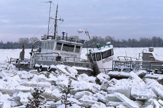 Суда в ледовом плену в Красноярском крае