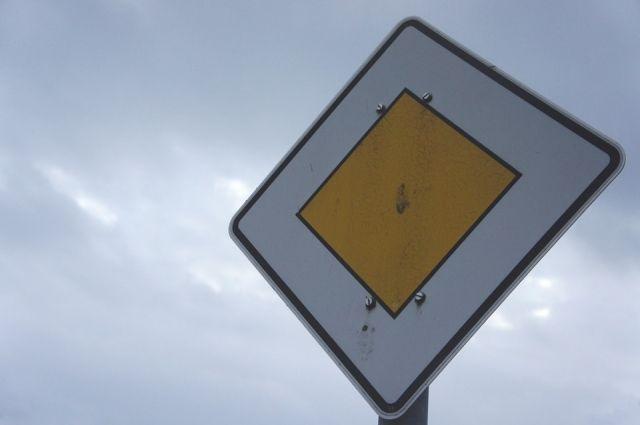 В Оренбурге идет замена знаков на дорогах.