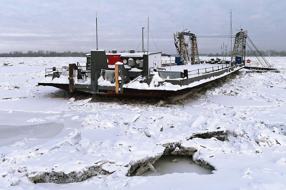 Грузопассажирский паром, зажатый ледяными торосами в акватории Енисея.