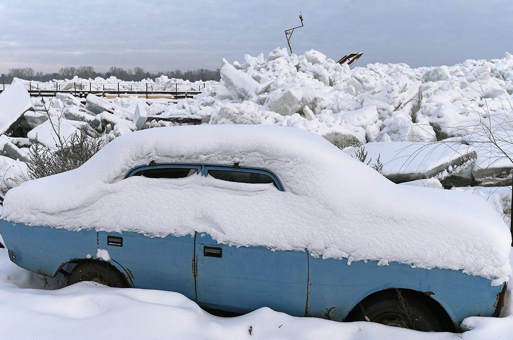 Автомобиль на берегу Енисея возле села Галанино Казачинского района Красноярского края.