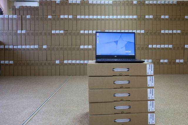 Всего семьям передадут семь тысяч ноутбуков.