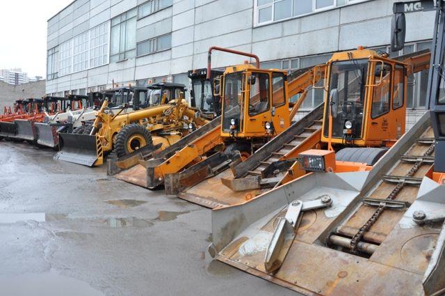 В мэрии Новосибирска заявили об остром дефиците снегоуборочной техники. Городу не хватает 184 машины.