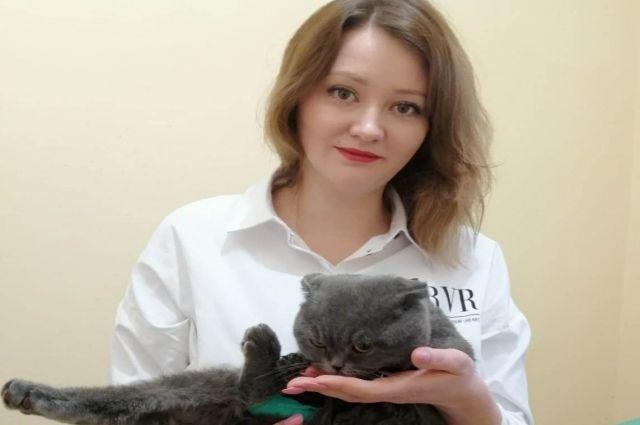 Волонтер Регина выложила в соцсетях ролик о судьбе кота, рассказала, как он остался без крова, без денег на лечение.