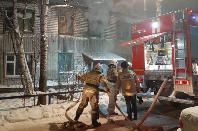 К моменту прибытия первых пожарных горел один из подъездов