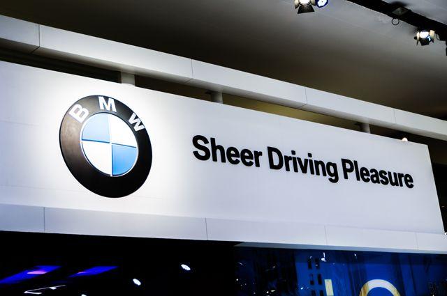 У нас это переводят как «С удовольствием за рулем», однако эту фразу нужно читать скорее как «Чистое удовольствие от вождения».