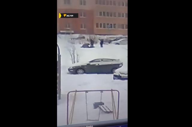 Мужчина помог своему сыну избить десятилетнего мальчика на горке в Кировском районе Новосибирска. Ребенка доставили в больницу.