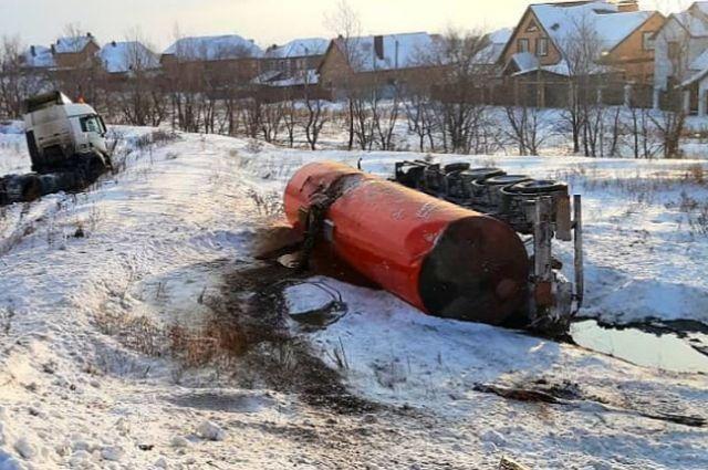 Под Оренбургом из перевернувшегося грузовика выливается нефть