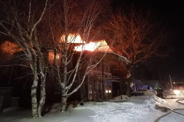 В Суздале 23 пожарных тушили крышу жилой двухэтажки