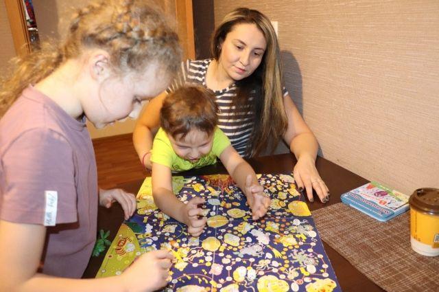 Долгими зимними вечерами можно без устали играть в настольные игры даже с маленькими детьми.