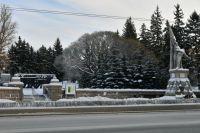 Старейший памятник Омска – памятник Борцам Революции. Он находится в мемориальном сквере, где горит Вечный огонь.