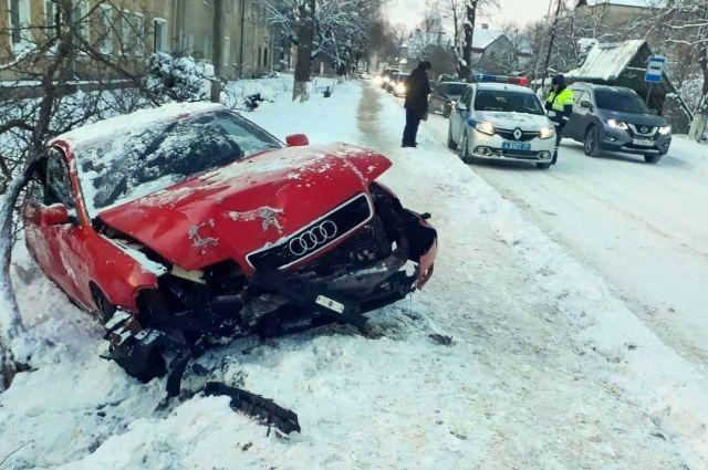 В Неманском районе «Ауди» съехала с дороги и попала в аварию