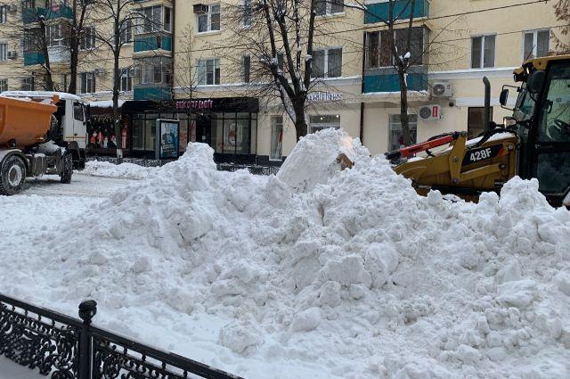 На улице Красной в Краснодаре спецтехника еле справляется с горами снега.