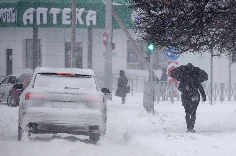 Девушка во время снегопада на улице Дзержинского в Краснодаре.