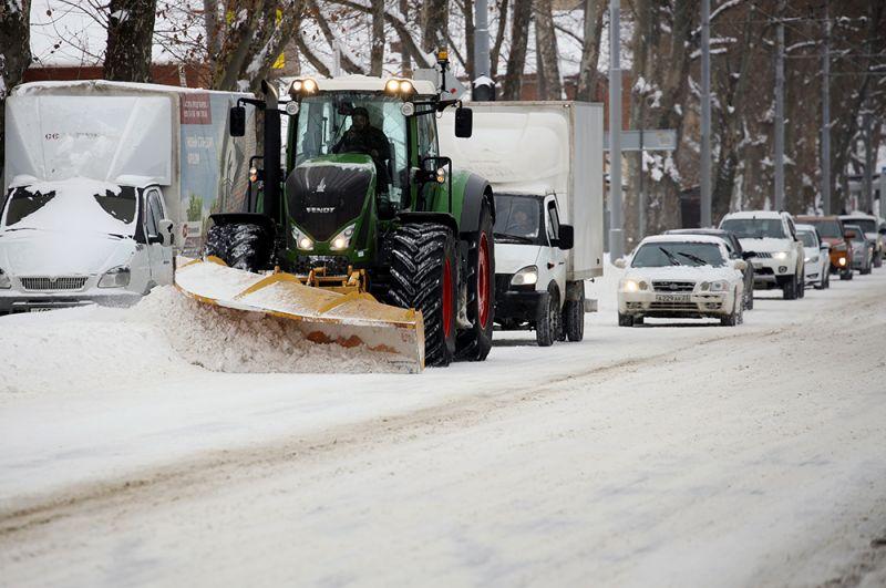Снегоуборочная техника на улице Фадеева в Краснодаре.