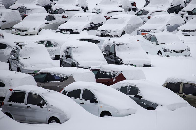Занесенные снегом машины в Краснодаре.