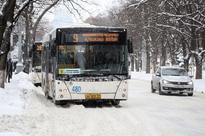 Автобус во время снегопада на улице Красная в Краснодаре.