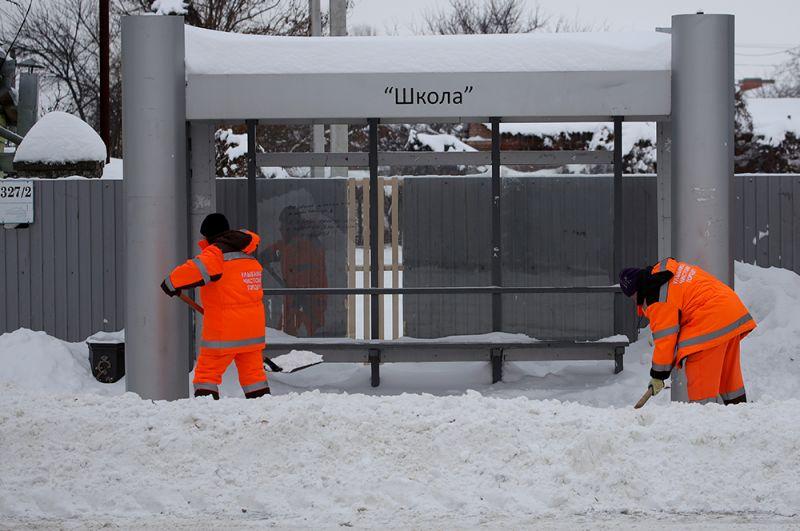 Сотрудники коммунальной службы проводят чистку снега на улице Фадеева в Краснодаре.