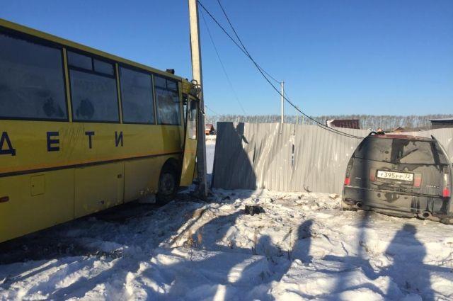 В Тюменском районе школьный автобус столкнулся с автомобилем Cadillac