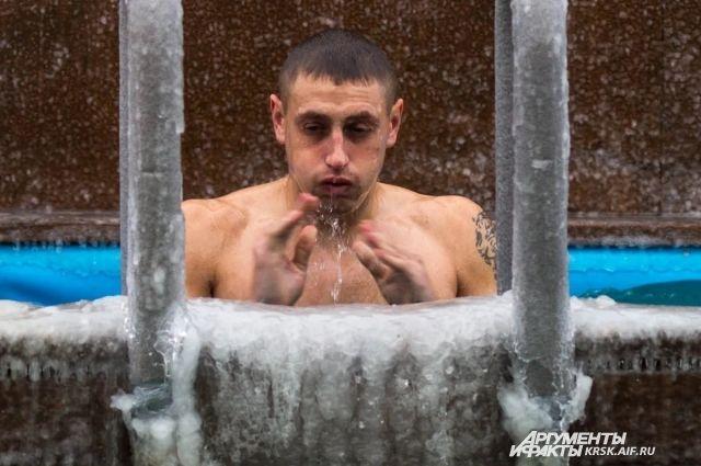 Владыка посоветовал людям, переболевшим ковидом, купание в проруби заменить на обливание крещенской водой.