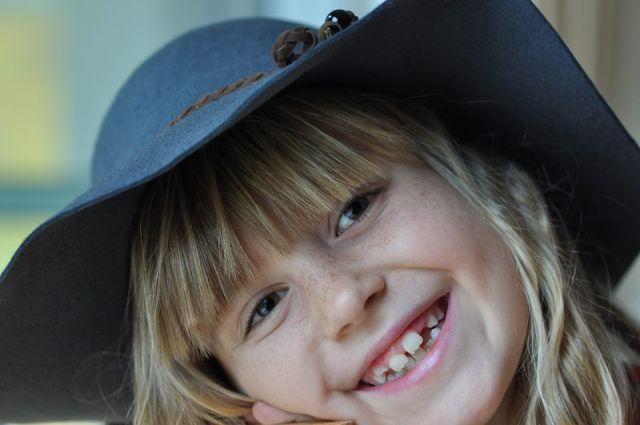 Кариес крайне опасен и для молочных зубов у детей.