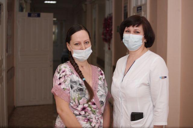 Оксана и одна из ее спасительниц - заведующая отделением анастезиологии и реанимации №2 ИРПЦ Галина Шкандрий.