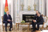 Президент Белоруссии Александр Лукашенко ипрезидент Международной федерации хоккея нальду (IIHF) Рене Фазель вовремя встречи воДворце независимости вМинске.