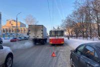 Два пассажира пострадали при столкновении троллейбуса с «Ладой Грантой»