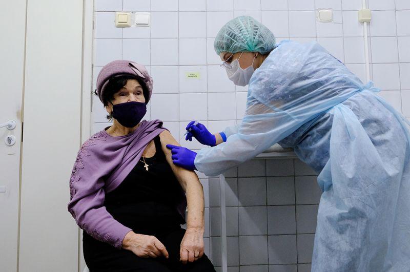 Жительница Мурманска прививается от коронавируса вакциной «Спутник-V» в областном центре специализированных видов медицинской помощи.