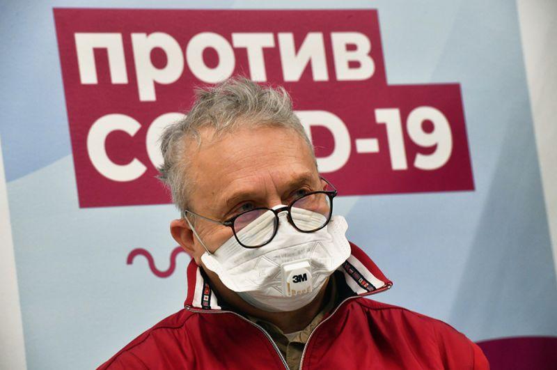 Мужчина возле пункта вакцинации от коронавируса в ГУМе в Москве.