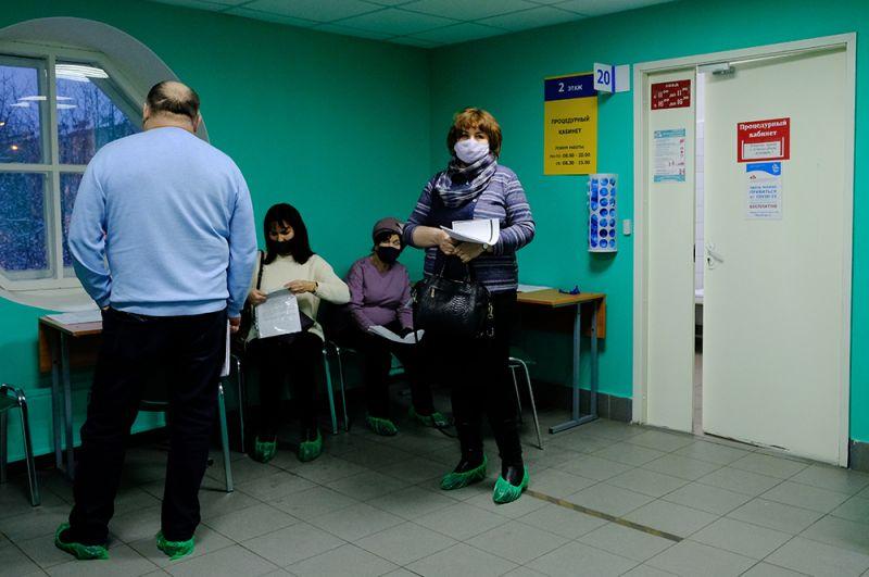 Жители Мурманска ожидают своей очереди на прививку от коронавируса в областном центре специализированных видов медицинской помощи.