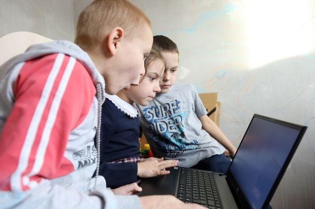 Школьники из многодетных семей бесплатно получат ноутбуки.