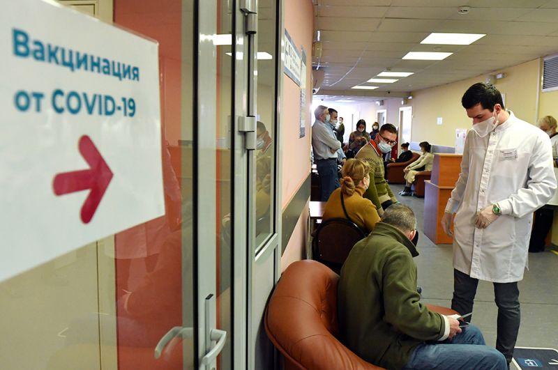 Очередь перед процедурным кабинетом, где проходит вакцинация, в одной из клиник Москвы.