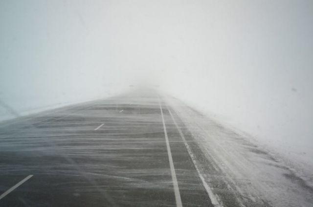Оренбургские водители предупреждают друг друга в соцсетях о дожде и гололеде на орской трассе.