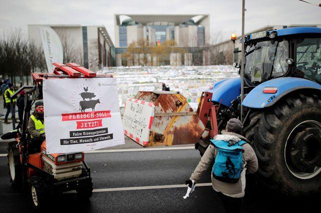Акция протеста против нынешней сельскохозяйственной ипродовольственной политики Германии перед зданием канцелярии вБерлине.