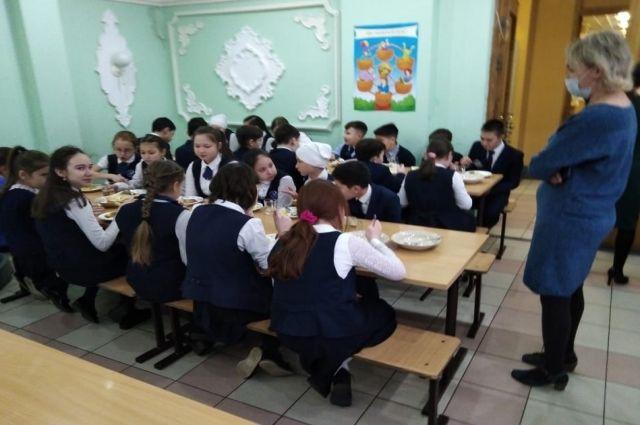 Чтобы в столовой не было много классов одновременно, у каждого есть своё время.