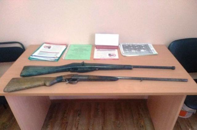 Одно ружье гладкоствольное 32 калибра, второе - нарезное калибра 7,62 мм.