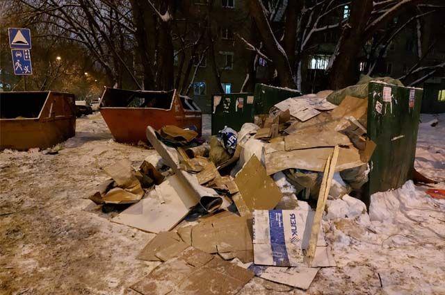 Так как контейнерная площадка не оборудована и содержится в неудовлетворительном состоянии, строительный мусор сюда привозят, как на помойку.