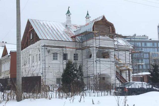 Оцинкованная сталь на крыше палат Афанасия Олисова - лишь часть новой кровли, будут ещё два слоя тёса, уверяют в комитете госохранкультуры региона.
