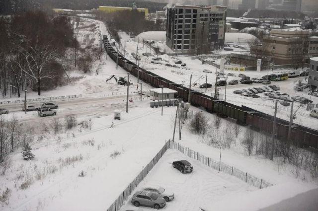 Товарный поезд перекрыл Сибирский тракт на его пересечении с железной дорогой.