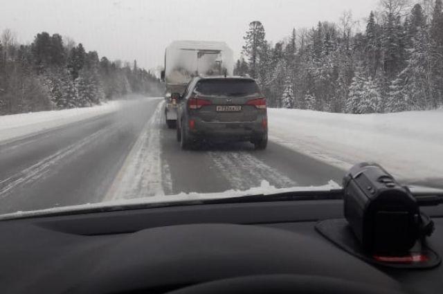 Тюменские автоинспекторы спасли водителя с детьми, замерзавших в машине