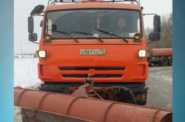 Ежедневно в Тюмени около 90 дорожных машин убирают снег с улиц