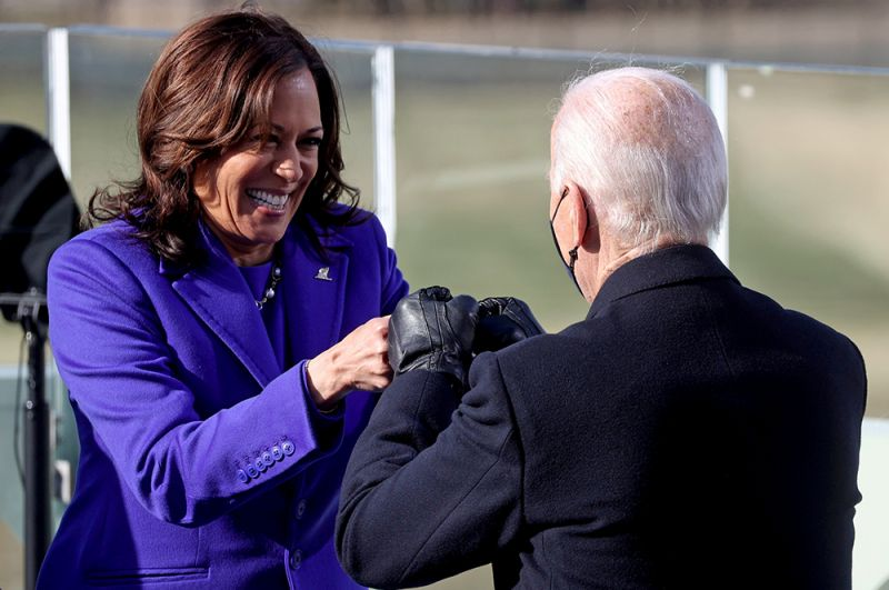 За несколько минут до Байдена свою присягу принесла 56-летняя вице-президент США Камала Харрис.