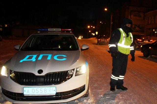 Сотрудники ДПС остановили угнанную машину, внутри которой силой удерживали ее владельца.