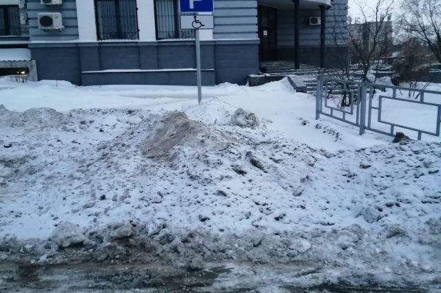Снег плохо чистят даже на парковочных местах для инвалидов.